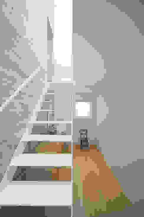 ห้องโถงทางเดินและบันไดสมัยใหม่ โดย こぢこぢ一級建築士事務所 โมเดิร์น