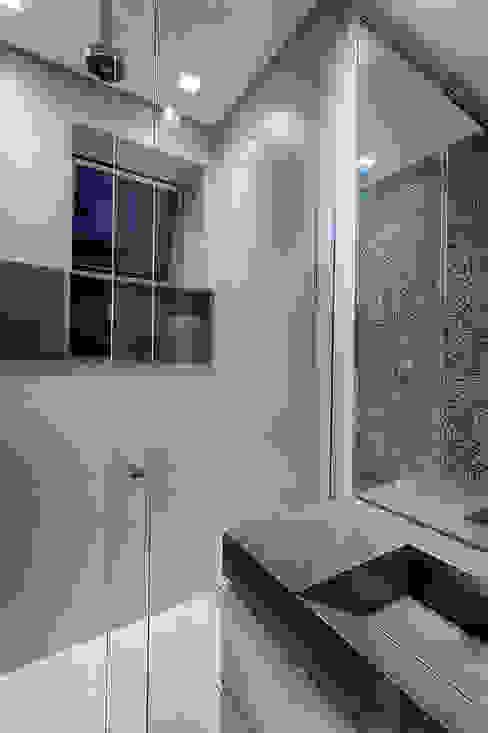Casas de banho modernas por Emmanuelle Eduardo Arquitetura e Interiores Moderno