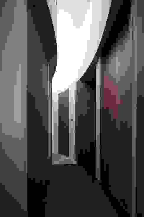 藤原・室 建築設計事務所 Modern corridor, hallway & stairs