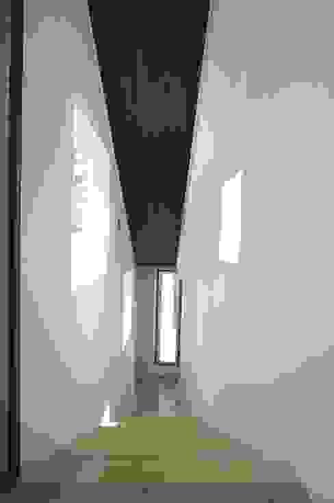 リビングから階段を下りて、寝室のあるスペースへ。: 仁設計が手掛けたアジア人です。,和風