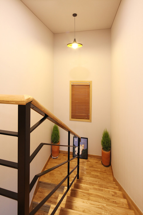 Classic style corridor, hallway and stairs by 윤성하우징 Classic