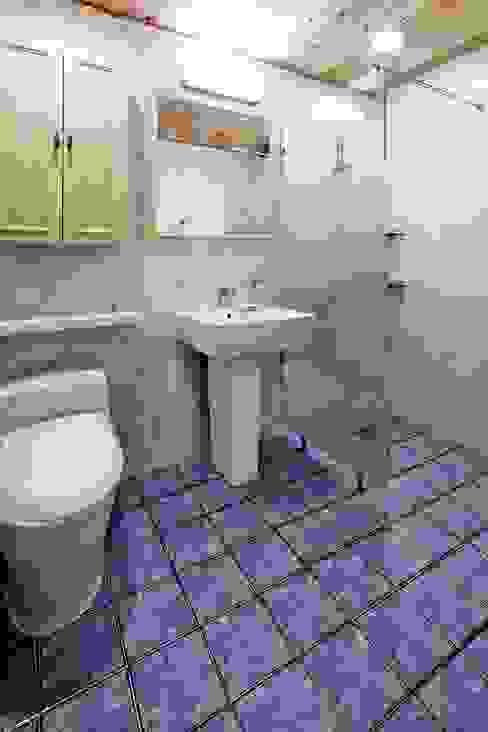은평 뉴타운에 자리잡은 네 가족의 꿈 (서울 은평구 주택): 윤성하우징의  욕실