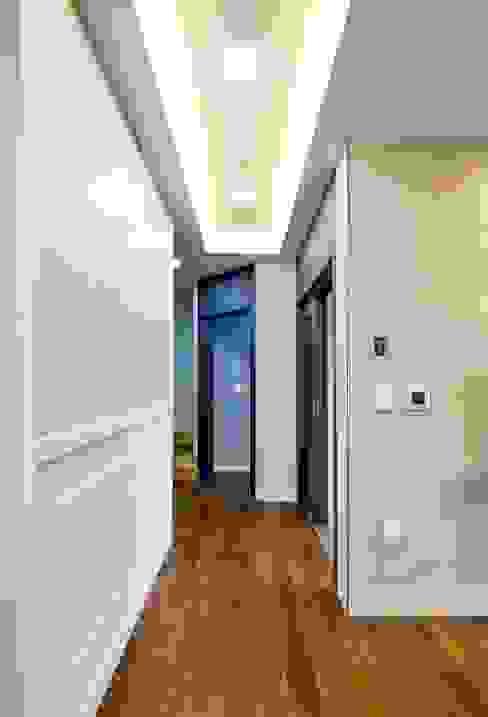 Pasillos, vestíbulos y escaleras clásicas de 윤성하우징 Clásico