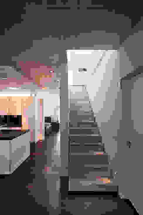 Pasillos, vestíbulos y escaleras de estilo moderno de Klaus Geyer Elektrotechnik Moderno