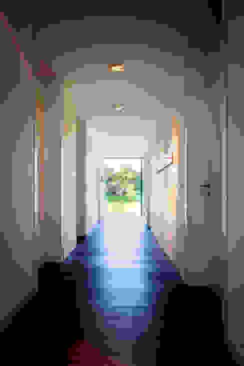 Pasillos, vestíbulos y escaleras modernos de Klaus Geyer Elektrotechnik Moderno
