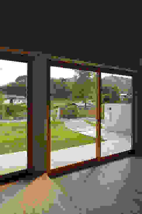 Окна и двери в стиле модерн от toki Architect design office Модерн Дерево Эффект древесины