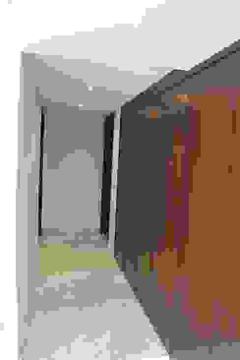 Pasillos, vestíbulos y escaleras de estilo moderno de IARKITECTURA Moderno Madera Acabado en madera