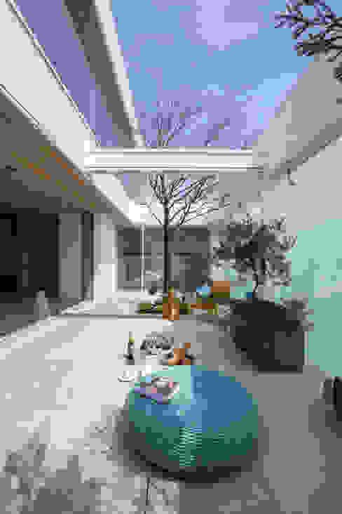 LDK+庭部屋 | VILLA on the park | ML庭特集掲載の高級邸宅: Mアーキテクツ|高級邸宅 豪邸 注文住宅 別荘建築 LUXURY HOUSES | M-architectsが手掛けたリビングです。,モダン