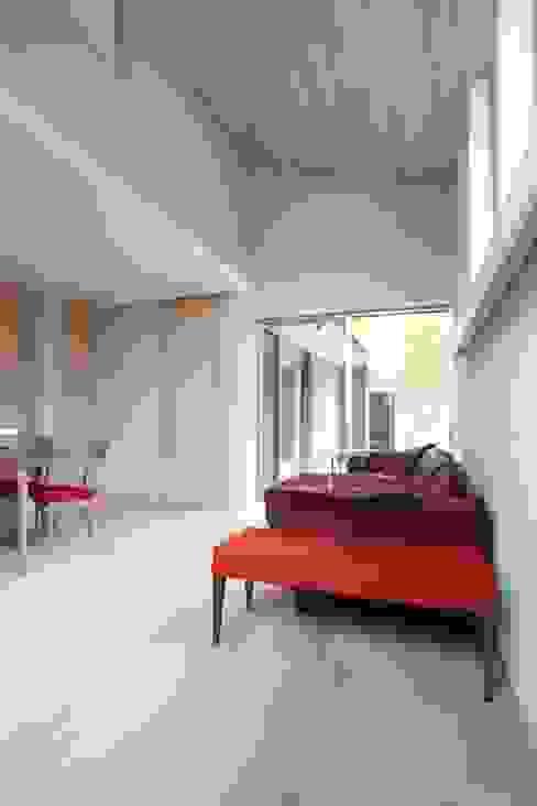 Phòng khách phong cách Địa Trung Hải bởi ATS造家設計事務所 Địa Trung Hải Gỗ Wood effect