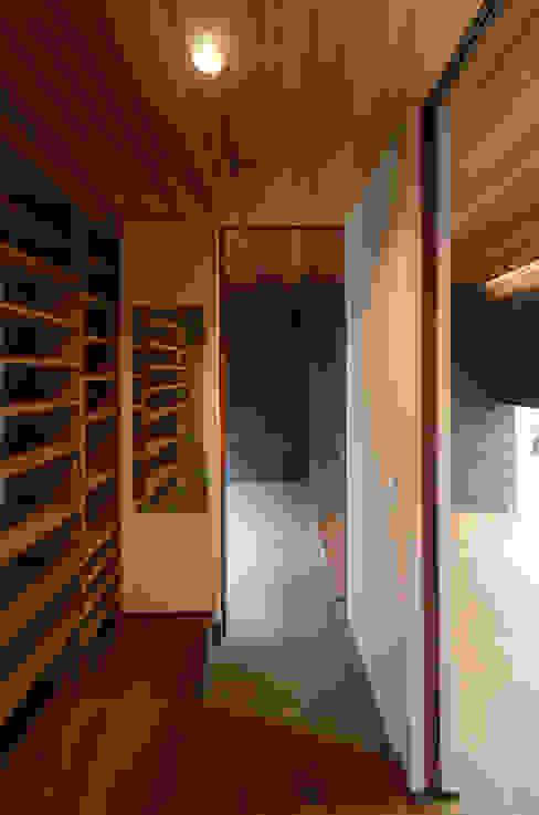 バウムスタイルアーキテクト一級建築士事務所 Pasillos, vestíbulos y escaleras de estilo moderno