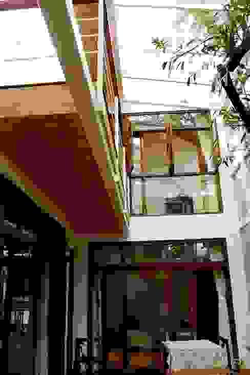 "the ""court"" house Modern balcony, veranda & terrace by de square Modern"