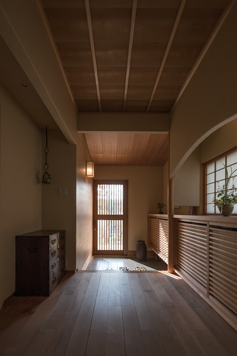 七左の離れ屋 クラシカルスタイルの 玄関&廊下&階段 の 株式会社 けやき建築設計・欅組 クラシック