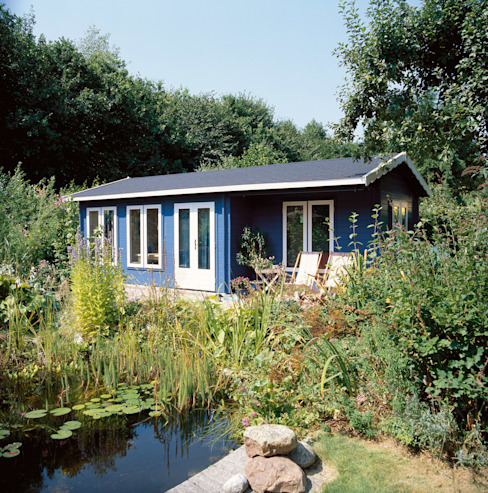 Blue Log Cabin Garage / Hangar ruraux par Garden Affairs Ltd Rural Bois Effet bois