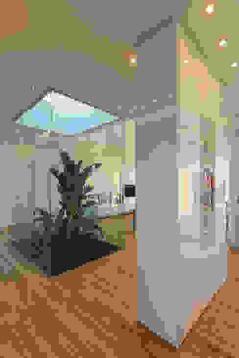 Couloir et hall d'entrée de style  par VISMARACORSI ARQUITECTOS, Minimaliste