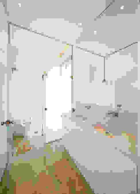 Salle de bains de style  par VISMARACORSI ARQUITECTOS, Minimaliste