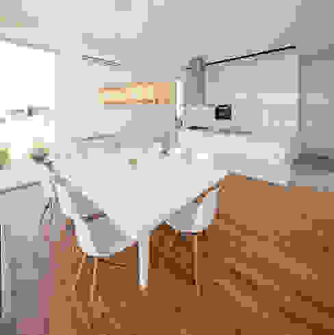 Minimalist dining room by VISMARACORSI ARQUITECTOS Minimalist