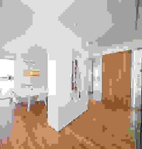 Corredores, halls e escadas minimalistas por VISMARACORSI ARQUITECTOS Minimalista