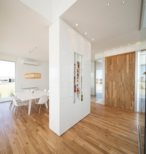 Коридор, прихожая и лестница в стиле минимализм от VISMARACORSI ARQUITECTOS Минимализм