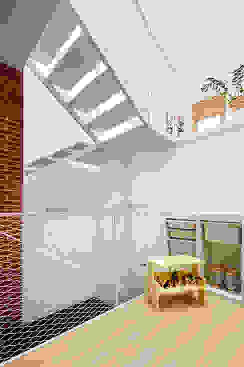 51PIA Reforma de casa entre medianeras al Centro de Sabadell Pasillos, vestíbulos y escaleras de estilo minimalista de Vallribera Arquitectes Minimalista