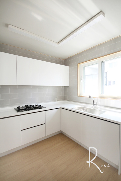 Minimalist dining room by 로하디자인 Minimalist