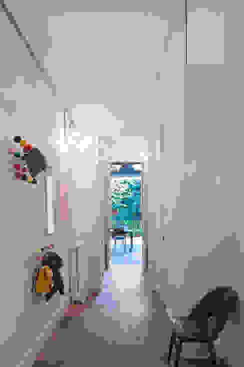 Vivienda bajos Madrazo Pasillos, vestíbulos y escaleras de estilo moderno de MIRIAM CASTELLS STUDIO Moderno