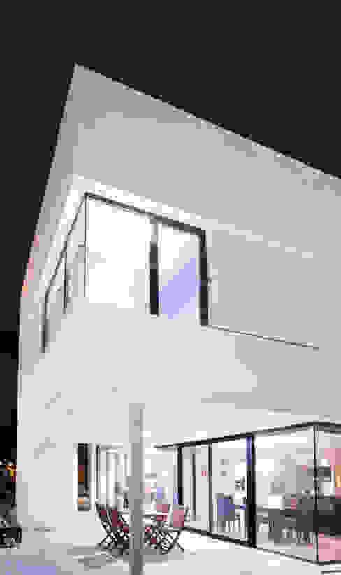 Casa David y Esther Balcones y terrazas de estilo moderno de Robert Arquitectes Moderno