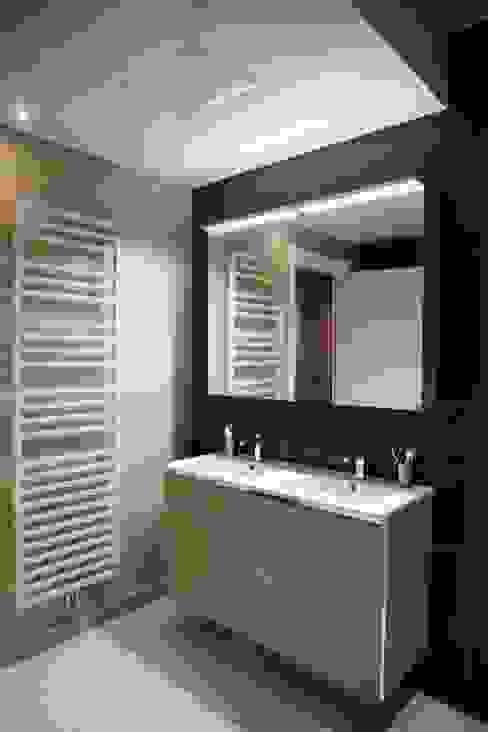 Contemporain et Haussmannien Salle de bain moderne par Agence Laurent Cayron Moderne