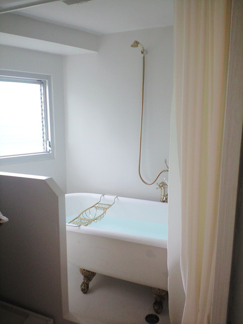 Phòng tắm phong cách tối giản bởi &lodge inc. / 株式会社アンドロッジ Tối giản