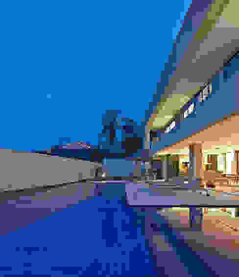 Paulo Henrique Modern Pool by Lanza Arquitetos Modern