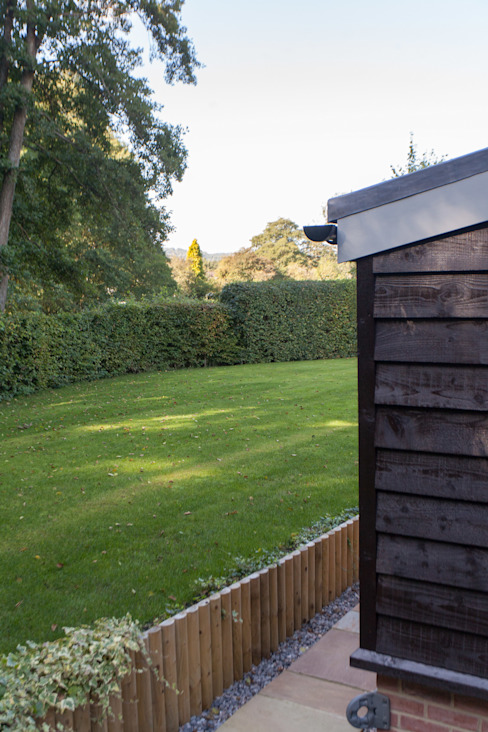 Toops Barn Modern garden by Hampshire Design Consultancy Ltd. Modern