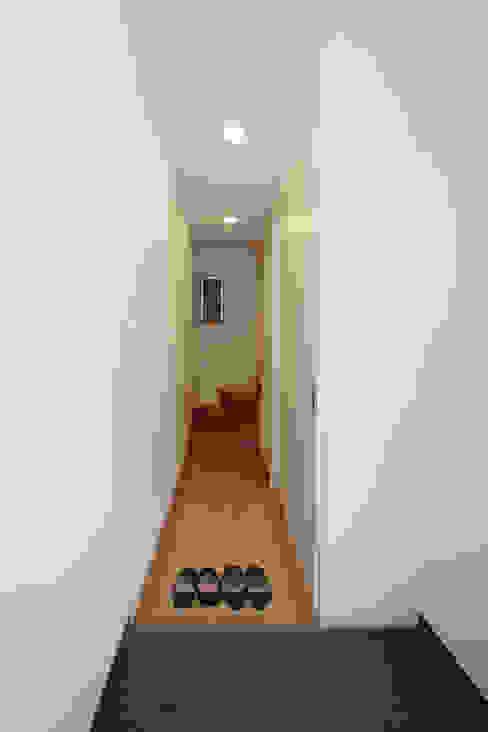 Modern corridor, hallway & stairs by atelier m Modern