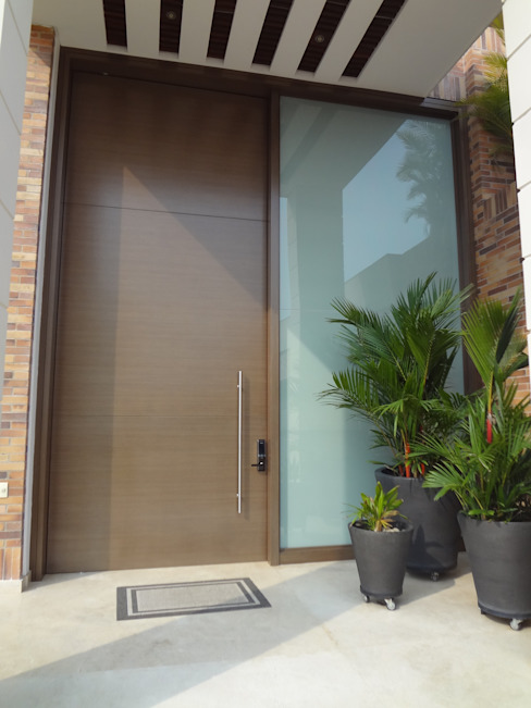 Puerta principal después de la remodelación Puertas y ventanas de estilo ecléctico de John Robles Arquitectos Ecléctico