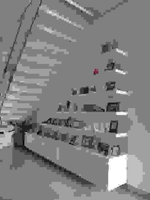 Mueble portaretratos: Paredes de estilo  por John Robles Arquitectos, Ecléctico