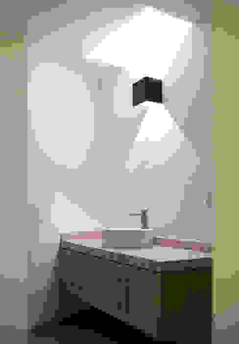 Projekty,  Łazienka zaprojektowane przez Región 4 Arquitectura, Minimalistyczny