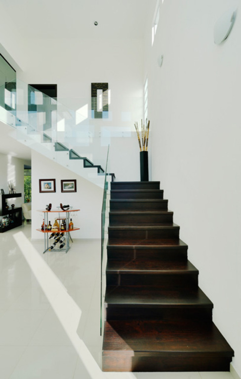 Colonial corridor, hallway & stairs by Excelencia en Diseño Colonial Bricks