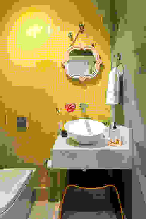 Lavabo Amarelo Banheiros ecléticos por Motirõ Arquitetos Eclético Azulejo