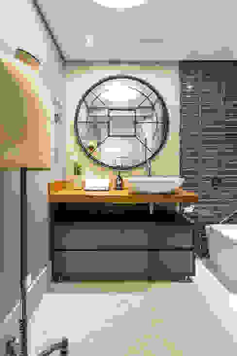 Banheiro Masculino Contemporâneo Banheiros industriais por Motirõ Arquitetos Industrial Madeira Efeito de madeira
