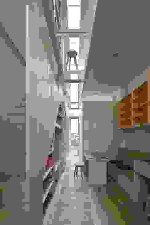 Corredores, halls e escadas modernos por 藤原・室 建築設計事務所 Moderno