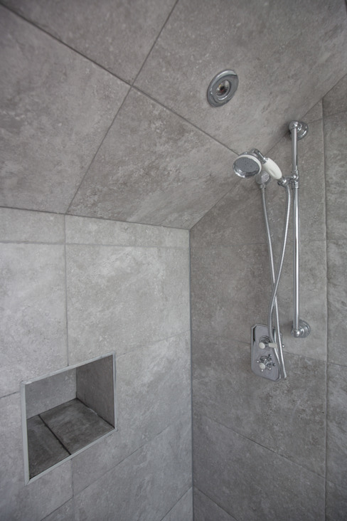 A spacious gray shower! homify Modern style bathrooms