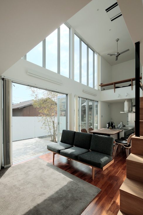 2010 HMC House AtelierorB モダンデザインの リビング