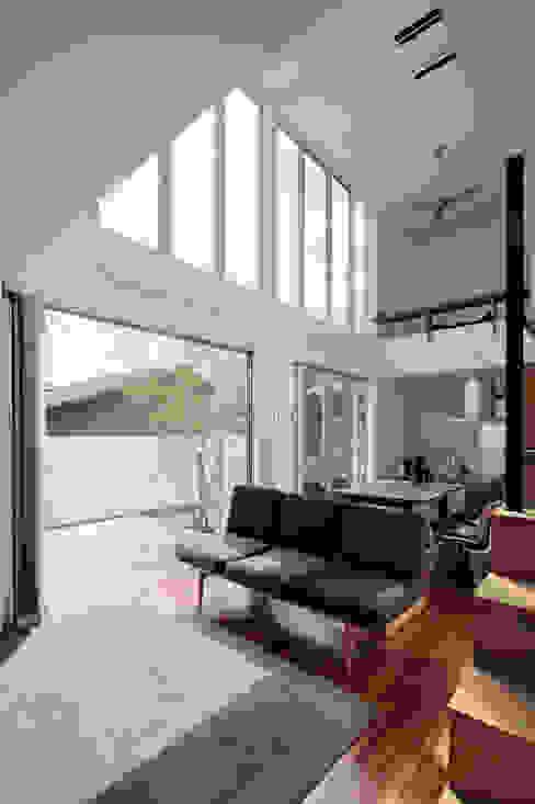 2010 HMC House モダンデザインの リビング の AtelierorB モダン