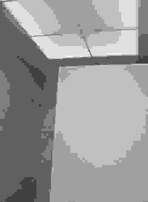 Iluminación en reforma de baño en Valencia: Baños de estilo  de Gestionarq, arquitectos en Xàtiva, Moderno Cerámico