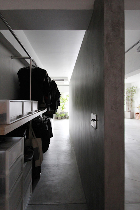 MORTAR POT Pasillos, vestíbulos y escaleras de estilo minimalista de nuリノベーション Minimalista