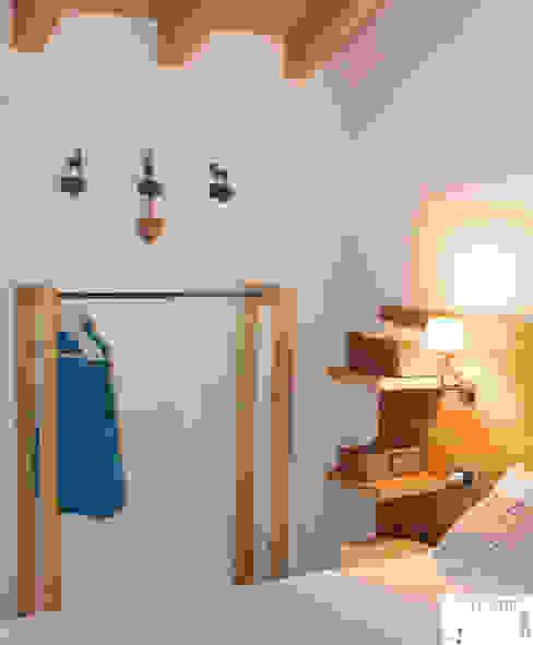 Mountain bedroom di Arredamenti Brigadoi Rustico