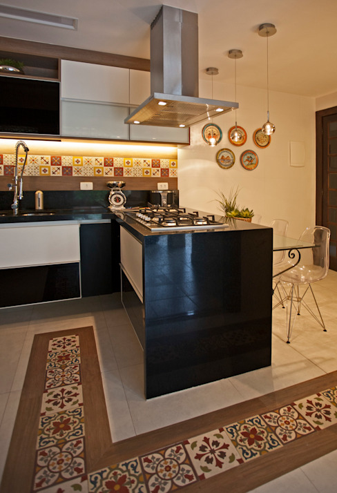 Modern kitchen by Andréa Spelzon Interiores Modern