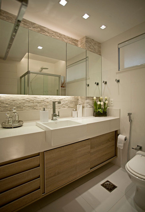 Design de interior completo no apartamento do casal!: Banheiros  por Andréa Spelzon Interiores,Moderno