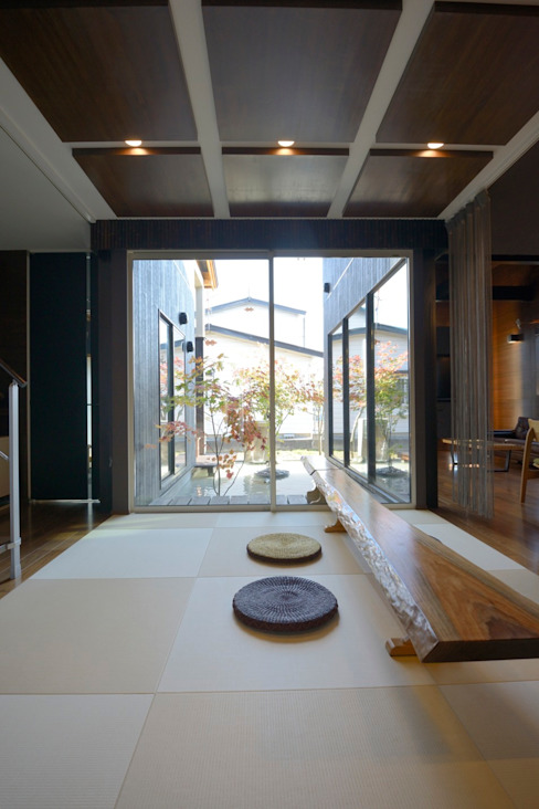 四季の家: 松浦一級建築設計事務所が手掛けた玄関&廊下&階段です。