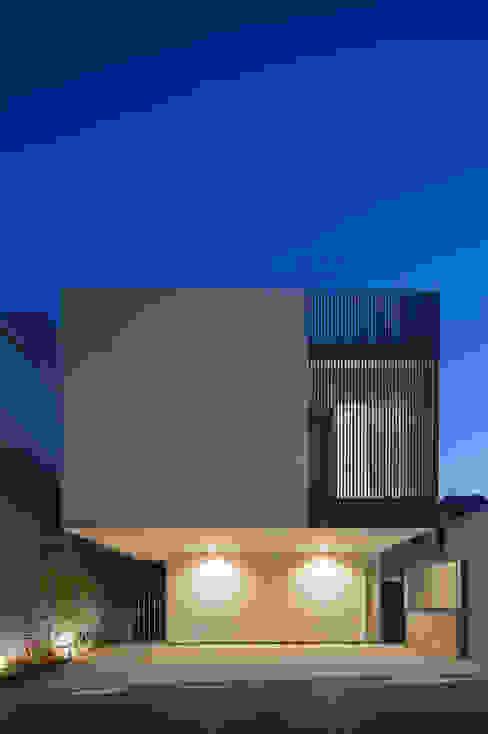 浮遊するボリュームと縦格子 モダンな 家 の 根來宏典建築研究所 モダン タイル
