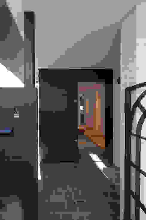 惹き込まれるアプローチ モダンスタイルの 玄関&廊下&階段 の 根來宏典建築研究所 モダン 鉄/鋼