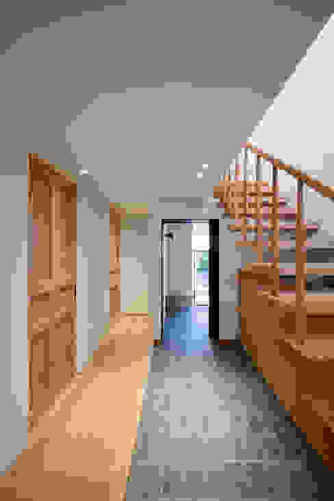 クラシック、それでいてコンテンポラリー モダンスタイルの 玄関&廊下&階段 の 根來宏典建築研究所 モダン タイル